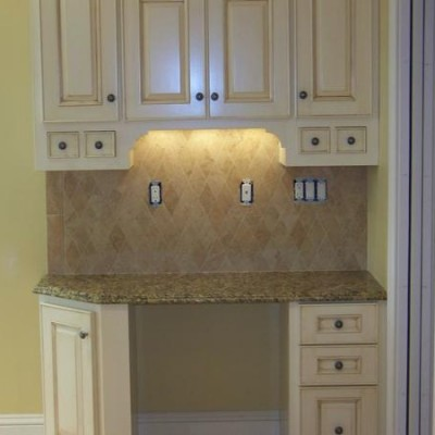 Rhomboid travertine mosaic backsplash