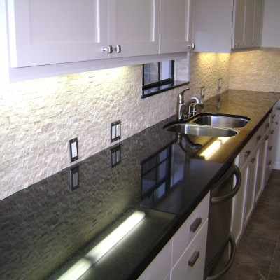 Spliface travertine backsplash