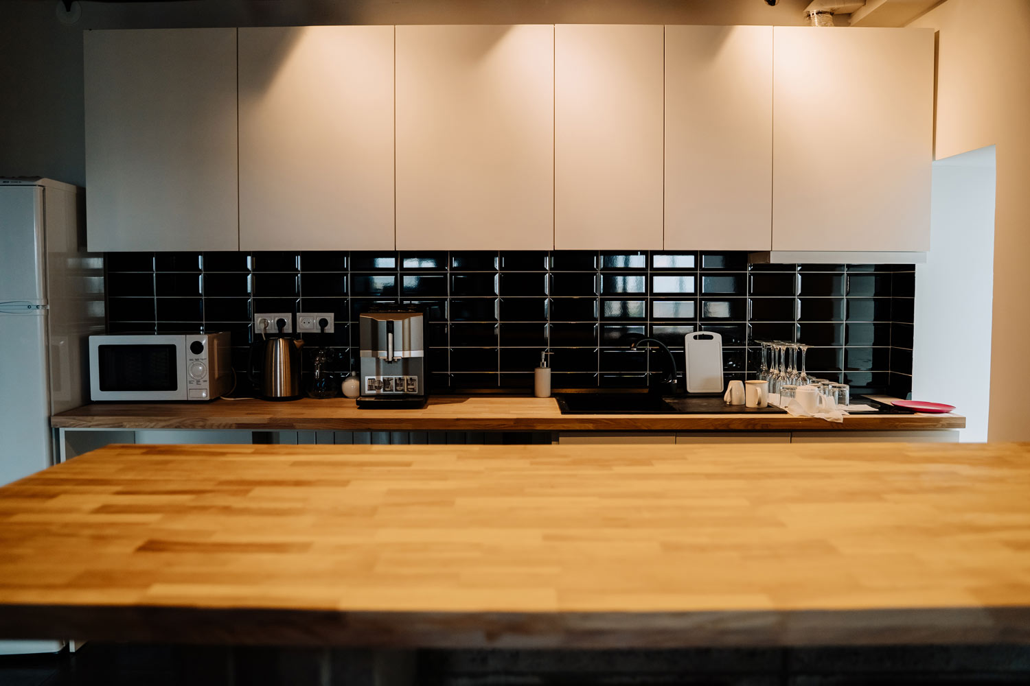 glossy-black-tiles-kitchen-backsplash