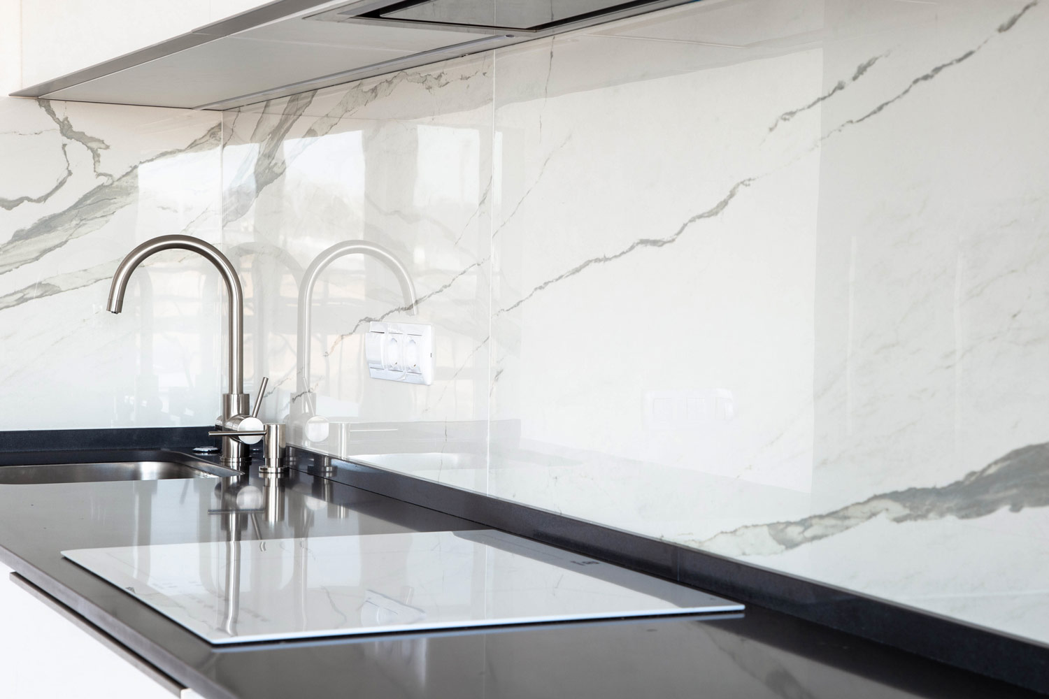 white-marble-kitchen-backsplash-designs